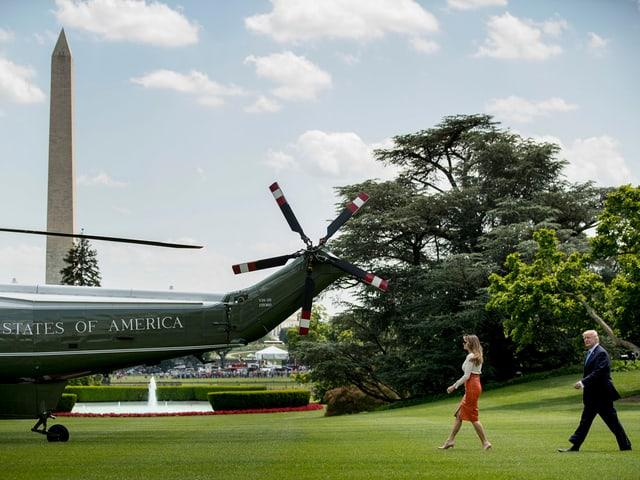 Donald Trump und seine Frau gehen in Richtung des Präsidenten-Helikopters