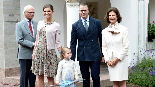 Carl Gustaf, Victoria, Daniel, Estelle und Silvia posieren für die Fotografen.