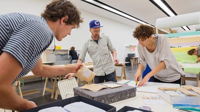 Roland Roos (Mitte) produziert mit seinem Team Im Kunstmuseum sein Kinderbuch.