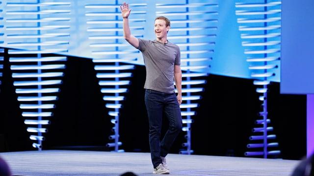 Mark Zuckerberg winkt freundlich von der Bühne.