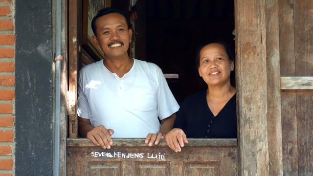 Ein Mann und eine Frau in einer Holzhütte.