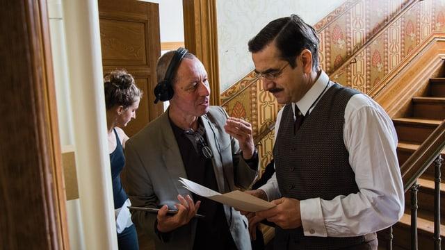 Hansjürg Zumstein und Gilles Tschudi besprechen im Treppenhaus die Szene.