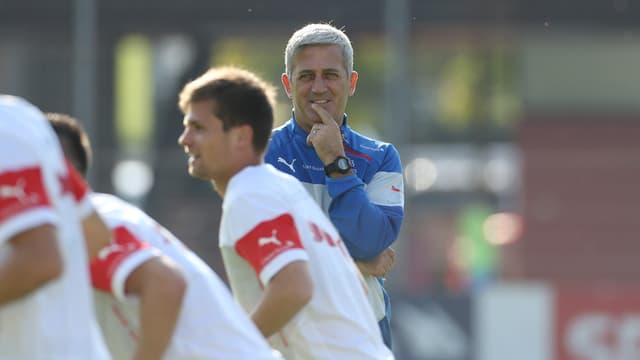 Vladimir Petkovic beobachtet seine Spieler im Training.