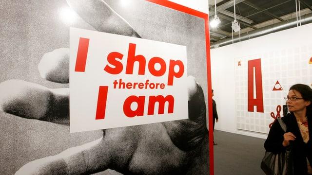 Ein Plakat an der Art Basel mit dem Motto «Ich shoppe, also bin ich».