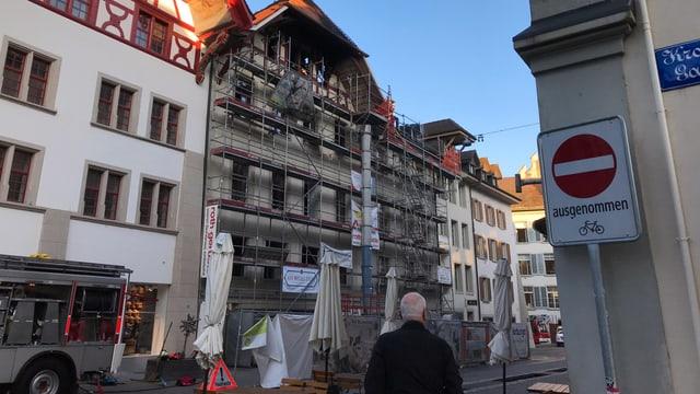 Ausgebranntes Haus in der Altstadt, Feuerwehrauto davor