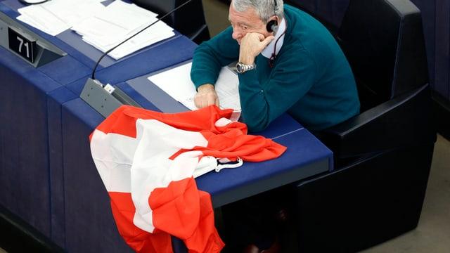 Zu sehen eine Schweizer Flagge im EU-Parlament.