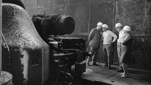 Begutachten der Schaeden nach dem Turbinenbrand im Maschinenhaus des Atomkraftwerks Muehleberg.