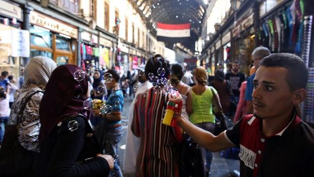 Geschäftige Normalität auf einem Damaszener Markt. Aufgenommen 2015.
