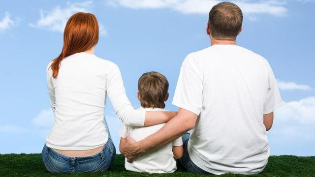 Eine Familie mit Frau, Kind und Mann von hinten.