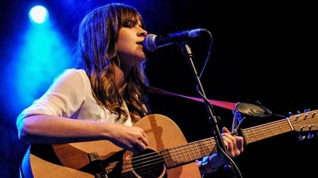 Gabrielle Aplin bei einem Konzert 2012.