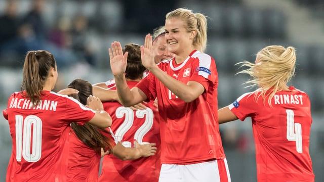 Rahel Kiwic klatscht mit ihren Teamkolleginnen ab.