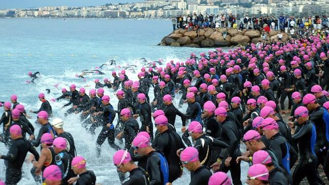 cursa da triatlon, massa sportists curran en la mar