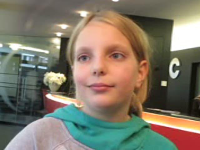 Ein Mädchen in einem grauen Pulli