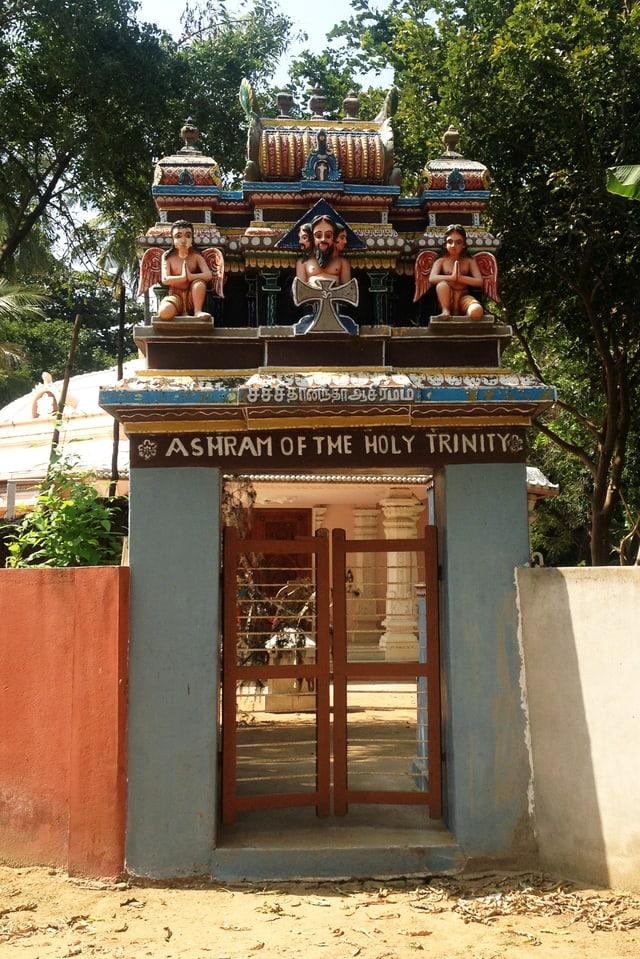 Eingangstor auf dessen Bogen indische Figruen abgebildet sind.