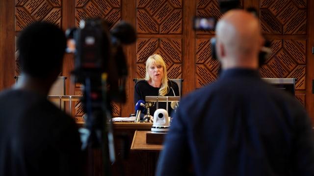 Richterin spricht vor den Medien