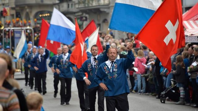 Fahnenschwinger mit der Schweizer und der Luzerner Fahne.