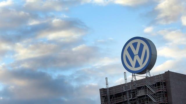 tschiel cun nivels, chasa cun in grond logo da VW