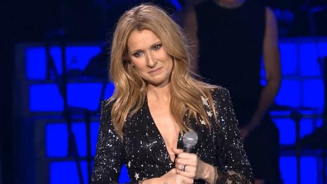 Céline Dion im schwarzen Glitzerklei bemüht, nicht zu weinen.