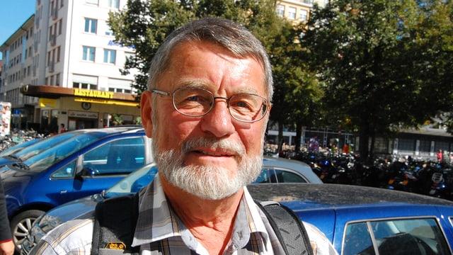 Mann mit Brille und Bart schaut in die Kamera