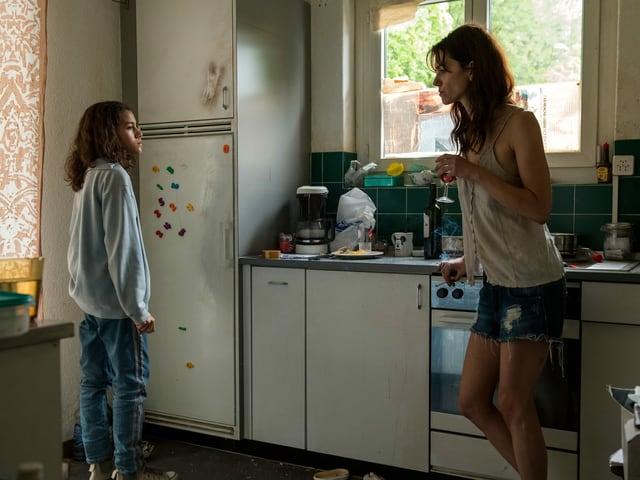Mia (Luna Mwezi) und ihre Mutter Sandrine (Sarah Spale) in der Küche ihrer Wohnung im Zürcher Oberland.