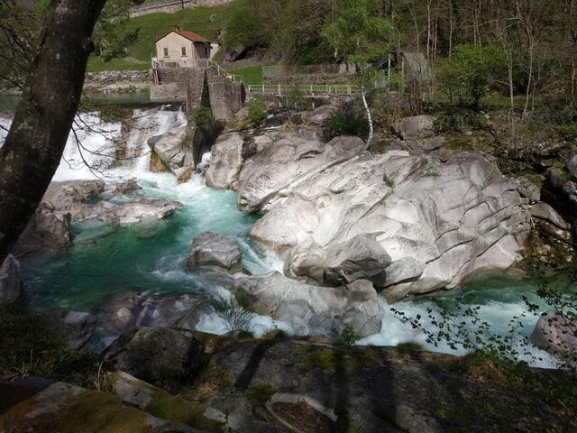 Wasser zwischen Steinen.