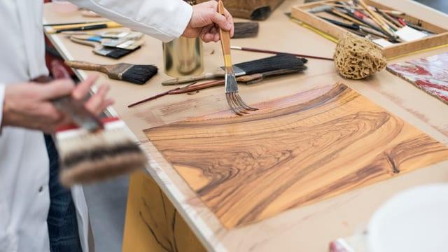 Eine Holzplatte mit Maserung auf einem Tisch.