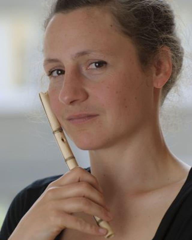 Porträt der Musikerin Friederike Potengowski mit ihrer Flöte