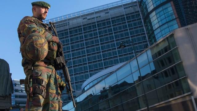 Ein bewaffneter Soldat vor dem Gebäude der Europäischen Kommission in Brüssel.