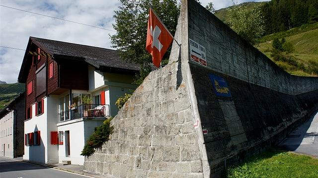 Eine haushohe Mauer schützt das Dorf vor Naturgewalten.