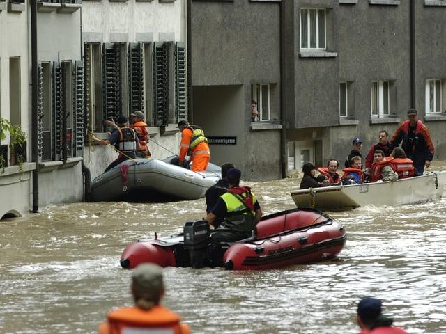 In Bern trat die Aare über die Ufer und überschwemmt das Matte-Quartier.