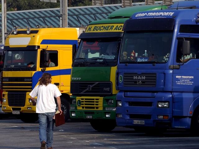 Auf einem Parkplatz stehende Lastwagen