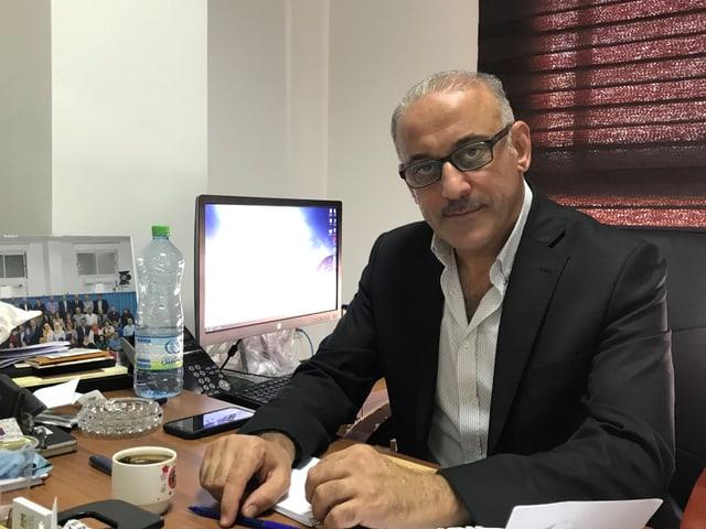 Palästinensischer Beamte sitzt in seinem Büro.