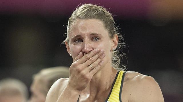 Die deutsche Siebenkämpferin Carolin Schäfer hält die Hand vor den Mund