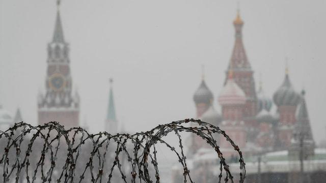 Kreml aus der Distanz, Stacheldraht im Vordergrund