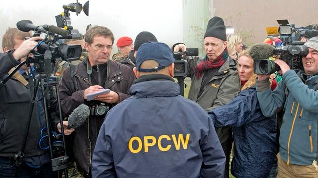 Ein OPCW-Mitarbeiter vor Medienvertretern.