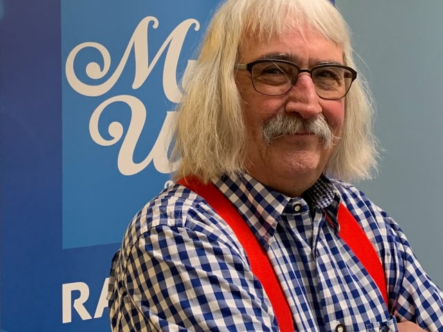 Mann mit auffälliger Frisur.