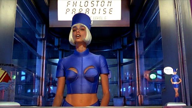 Eine Frau mit blauer Uniform und weissen Haaren.