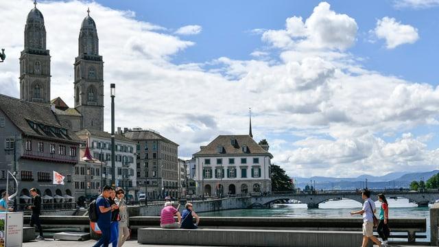 Blick von der Rathausbrücke auf das Grossmünster