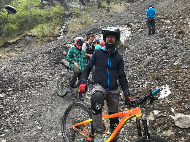 Nik in Fahrradmontur und Bike.