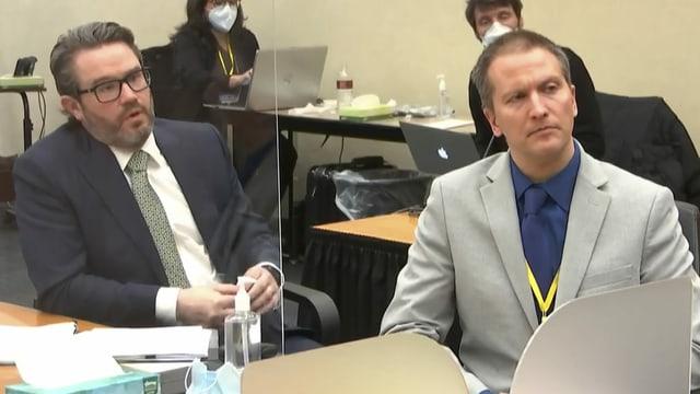 Der angeklagte Ex-Polizist Derek Chauvin (R) mit seinem Verteidiger Eric Nelson (R) im Gerichtsaal am Montag, 19. April 2021.