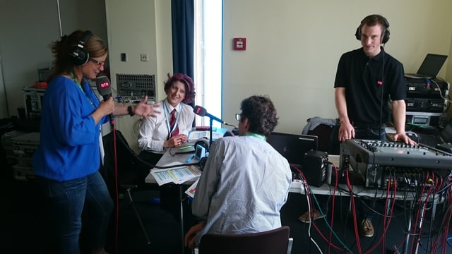 La moderatura da RSI ensemen cun dus osps en il studio mobil a Montreux.