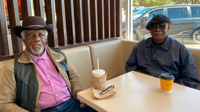 Zwei ältere schwarze Herren mit Cowboyhut und Baskenmütze