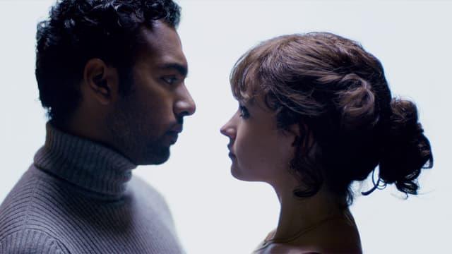 Eine Frau und ein Mann schauen sich in die Augen.