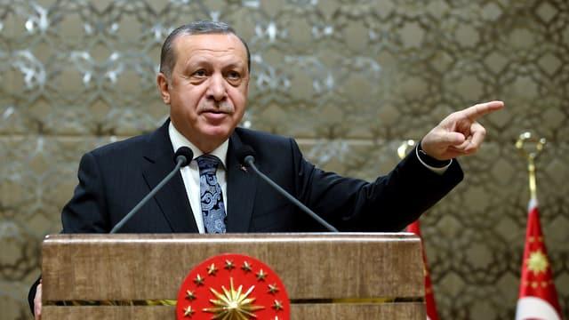 Erdogan mit dem Finger zeigend auf einem Rednerpult