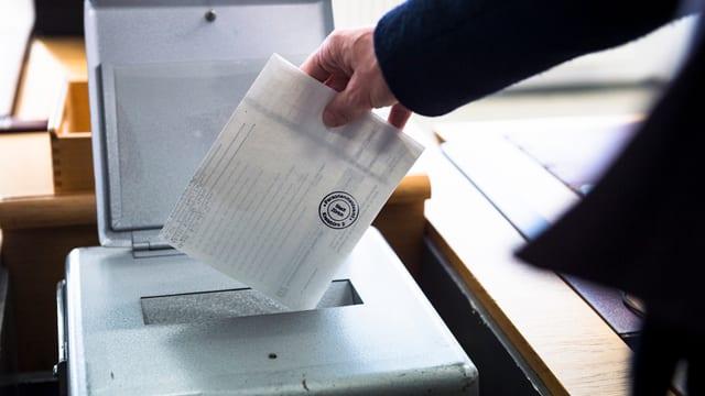 Wählerin legt Wahlzettel in die Urne