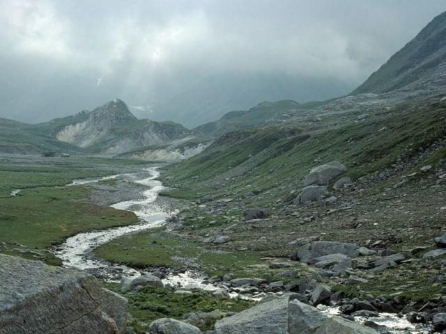 Fluss in der Mitte, im Hintergrund Berge