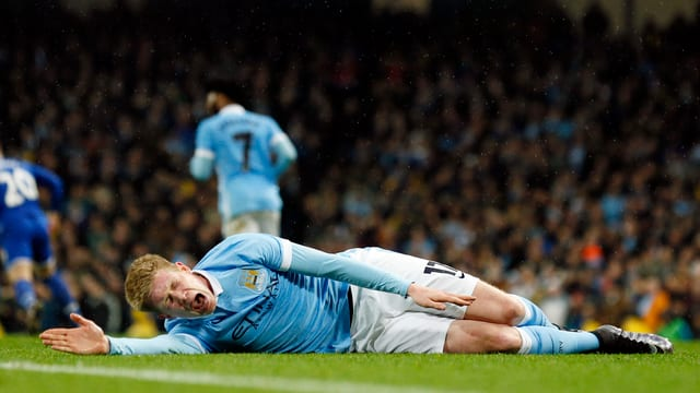 Kevin De Bruyne wälzt sich am Boden.