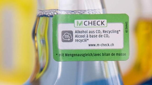Nahaufnahme Flasche Putzmittel mit Recycling-Hinweis