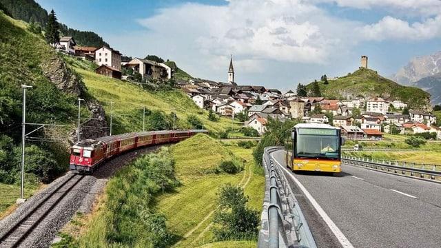 Purtret d'in tren da la Viafier retica ed ina posta, davostier è da vesair Scuol.