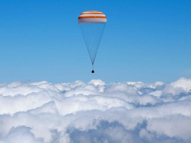 Soyus-Kapsel über den Wolken.